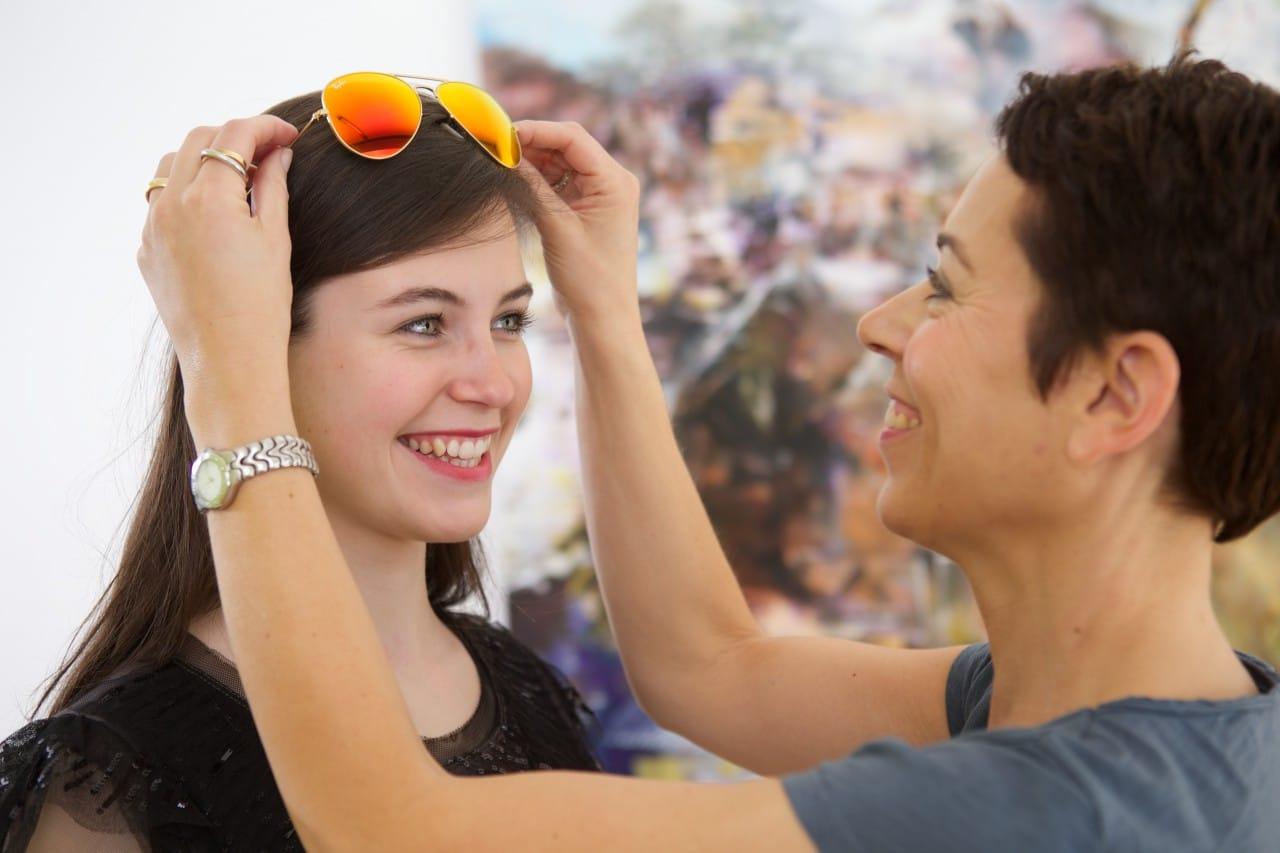 Freizeitguide_junge Frau mit verspiegelter Ray Ban Sonnenbrille