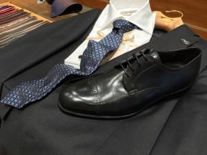 schwarze Schuhe zum blauen Anzug