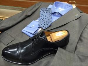 schwarze Schuhe zum grauen Anzug