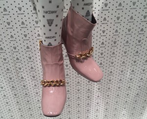 Fashion Week Schuhe Pastell mit Goldkette