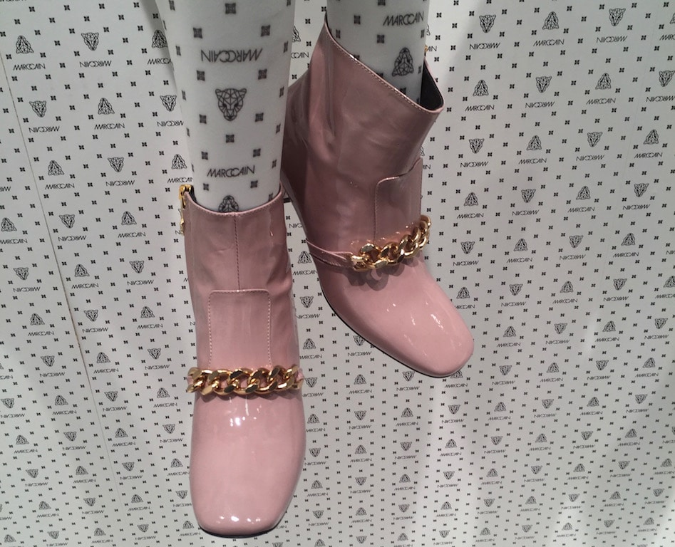 Fashion Week Schuhe Pastell mit Goldkette