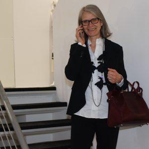 Businessfrau im blauen Hosenanzug