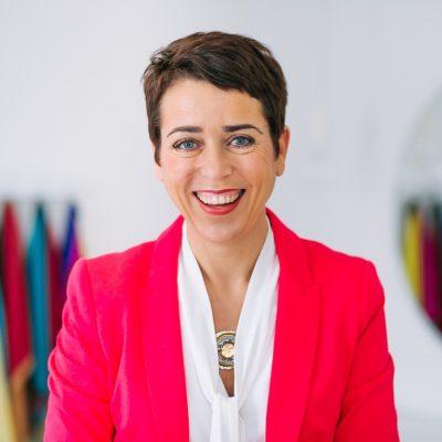 Claudia Reuschenbach in rotem Blazer