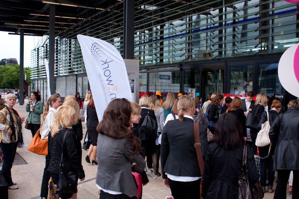 Besucherinnen stehen Schlange auf der Women and Work