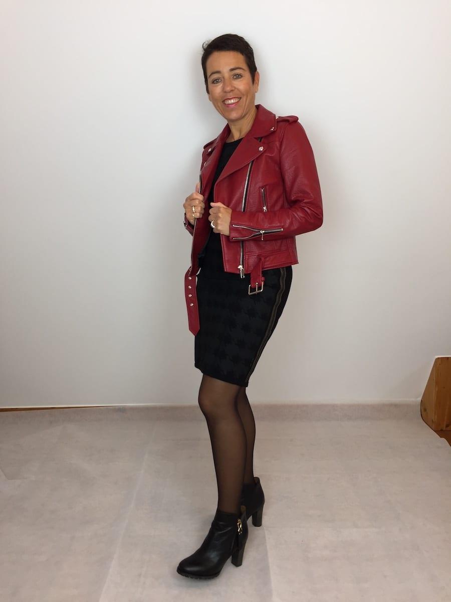 Rote Lederjacke zum Kleid