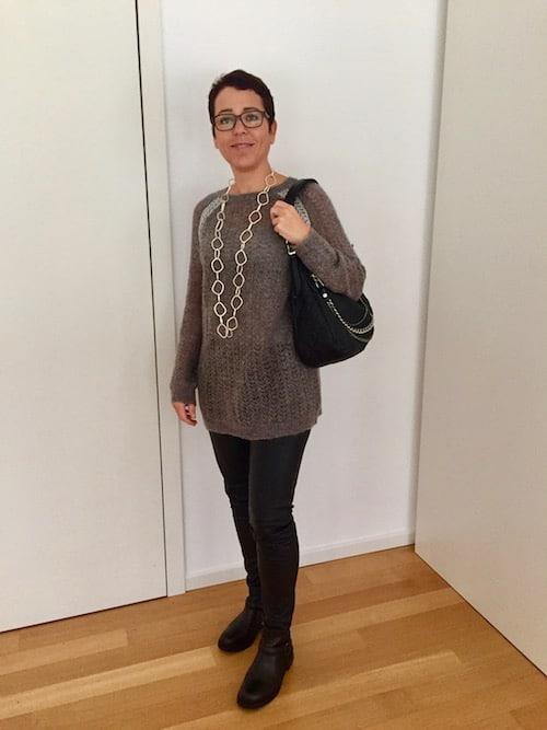 Schwarze Tasche mit langen Henkeln
