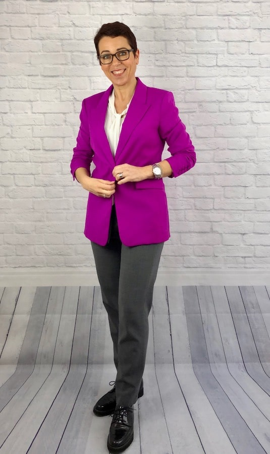 Business Casual mit Jogpants und magenta Blazer