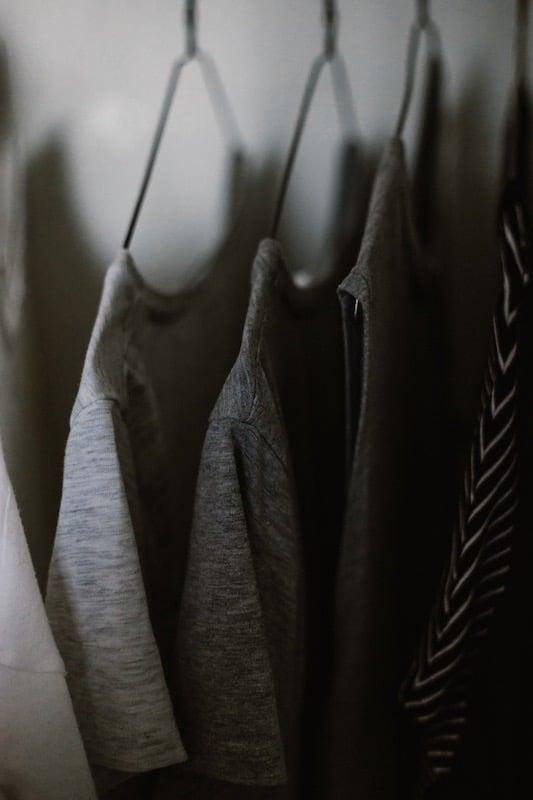graue Kleidung
